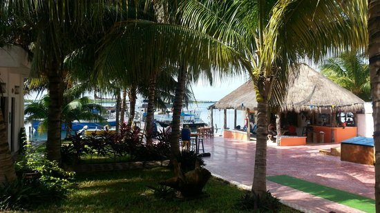 El Milagro Beach Hotel and Marina: Cheerful grounds
