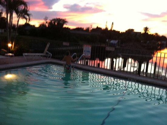 Casa Loma Motel on the Waterfront: couché soleil sur piscine