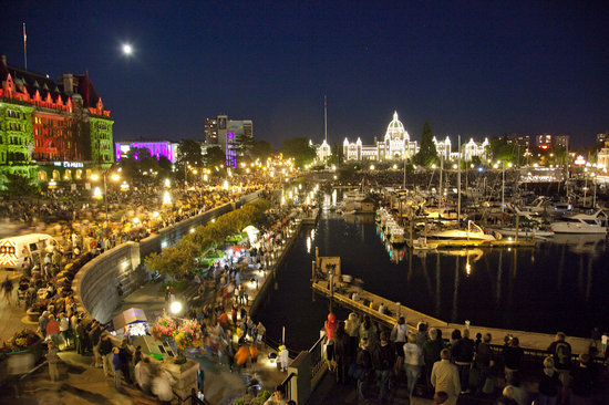 ‪فيكتوريا, كندا: Victoria's Inner Harbour at night‬