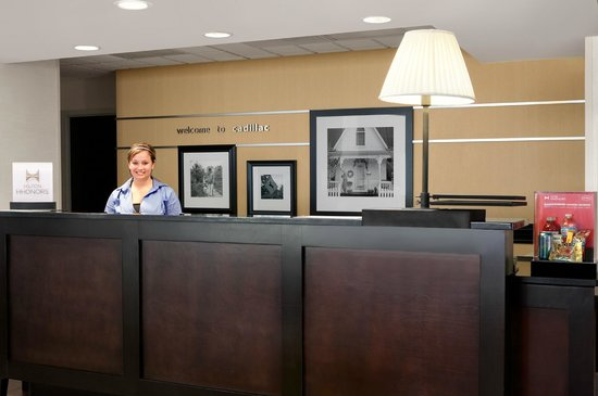 Hampton Inn Cadillac: Front Desk