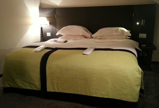 Lit king size foto van grand h tel la cloche dijon for Lit king size but