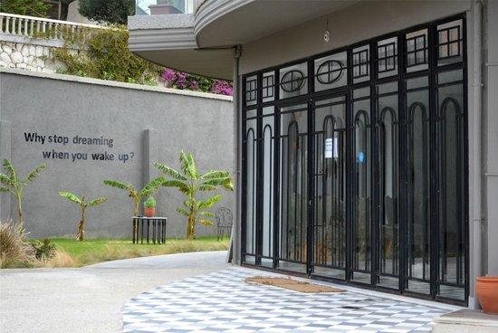 Inviting entrance picture of sato design hotel cesme for Hotel entrance design