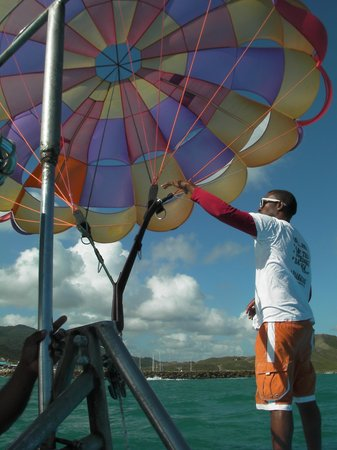 The Tropical at Lifestyle Holidays Vacation Resort : Parasailing!!