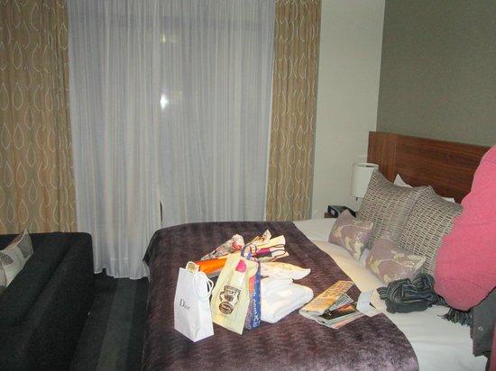 Apex City of London Hotel : Huge bed, and door to balcony