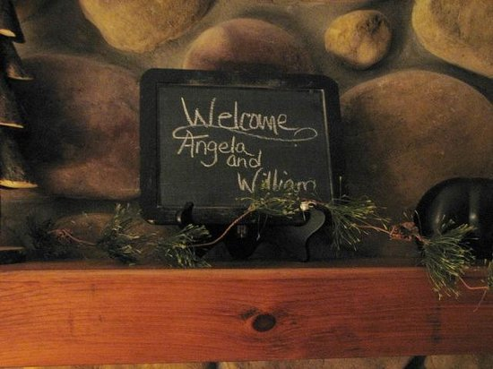 Bear Mountain Lodge: Our welcome sign in our room