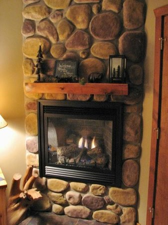 Bear Mountain Lodge: Our personal fireplace