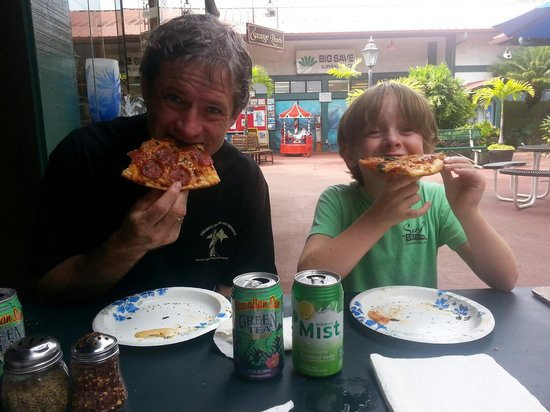 Hanalei Pizza : We scarfed down our delicious pie!