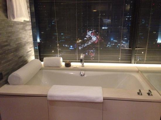 The PuLi Hotel and Spa: bath with a view