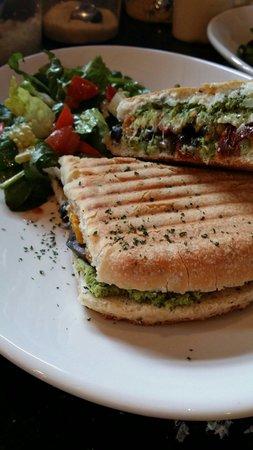 Oliva Kitchen & Bar: Il giardino panini