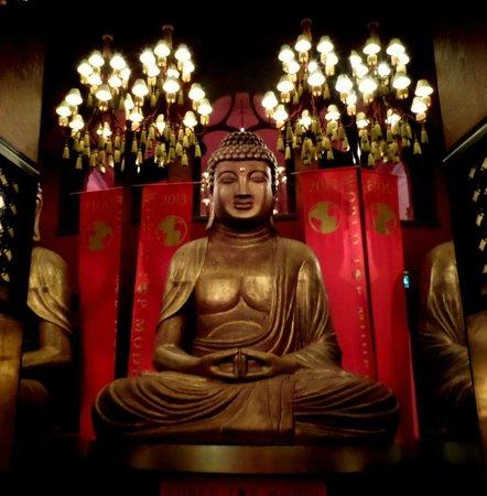 Buddha-Bar Hotel Budapest Klotild Palace: Dining room.So exotic..