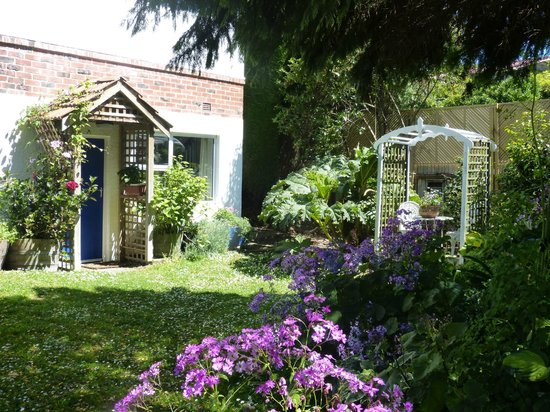 Arts Content Bed and Breakfast : The B&B garden entrance is on the left. Sit in the arbour, and enjoy a cuppa and relax.