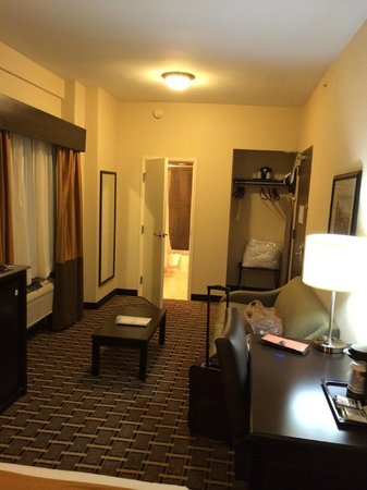 Holiday Inn Express & Suites Atlanta Downtown: Queen bed room- lowest price