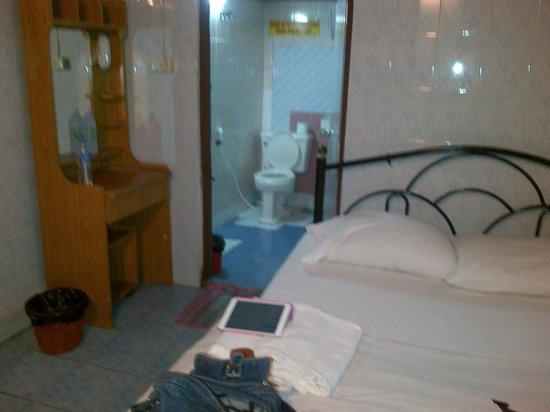 Chat Guest house : Habitación y baño