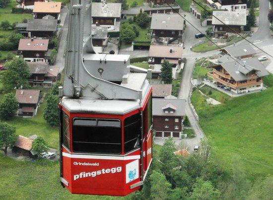 Grindelwald, Zwitserland: Um bondinho sobe outro desce de 15/15 mimutos.