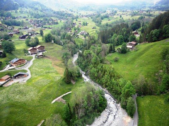 Grindelwald, Zwitserland: Vendo o riacho e a cidade do alto do bondinho.