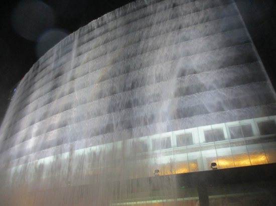 Lijiang Waterfall Hotel: The Evening Waterfall Performance