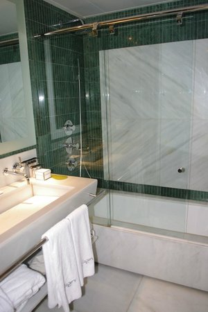 Hotel Urban: The bathroom was gorgeous; great bathtub/shower.