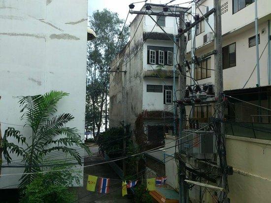 Saengthong Condominium : Utsikt från balkongen