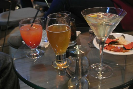 Kinzie Hotel: drinks at happy hour