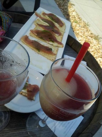 Flagler Beachfront Winery : Mixed wine slushie (half & half) and some flatbread apps