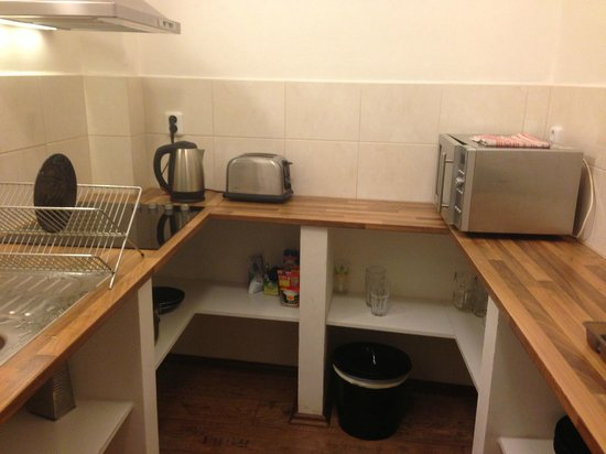Charles Bridge Economic Hostel: Communal kitchen