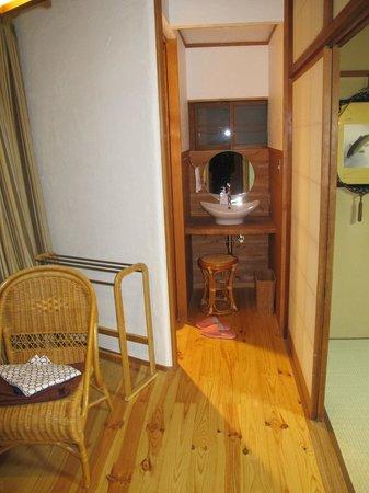 Kamesei Ryokan: Sink/Washroom area