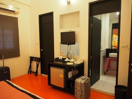 The Small Chiang Mai: ปลายเตียงและทางเดินเข้าห้องน้ำ