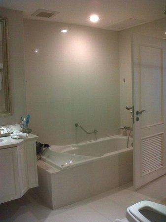 Grande Centre Point Hotel Ratchadamri: ensuite enormous bath and shower