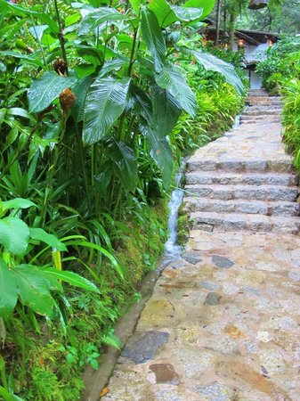 Inkaterra Machu Picchu Pueblo Hotel: Inkaterra water stream on grounds on a rainy day