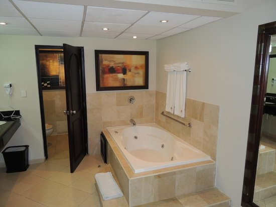 Presidential Suites A Lifestyle Holidays Vacation Resort: Jacuzzi Tub in Bedroom