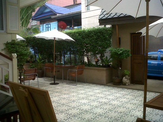 Baan Dinso Hostel: breakfast area