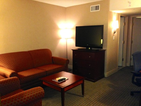 Hilton Vancouver Airport: Living room with big screen TV
