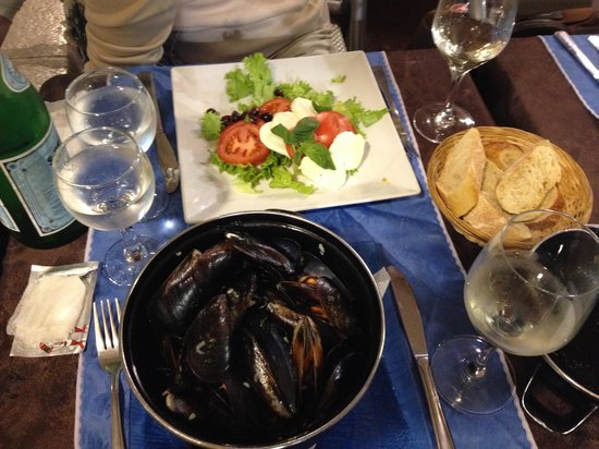 Aux Deux Anges : ムール貝の白ワイン蒸しとマルゲリータ風サラダ