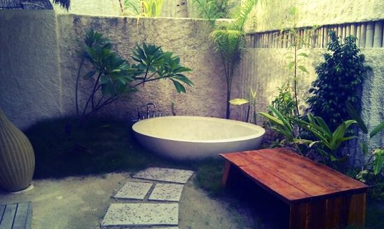 Jumeirah Vittaveli : Bathtub outside