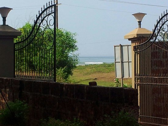 Madachya Banat: Beach view from the gate..imagine how close it is from the beach..