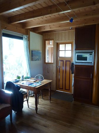 Beachview Cottages: Our dining area