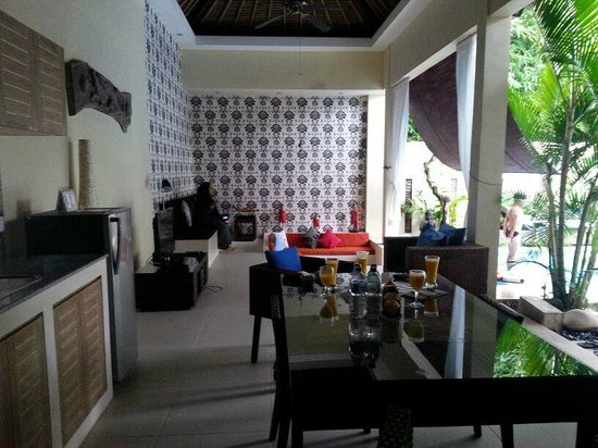 Enigma Bali Villas: kitchen and tv/lounge area