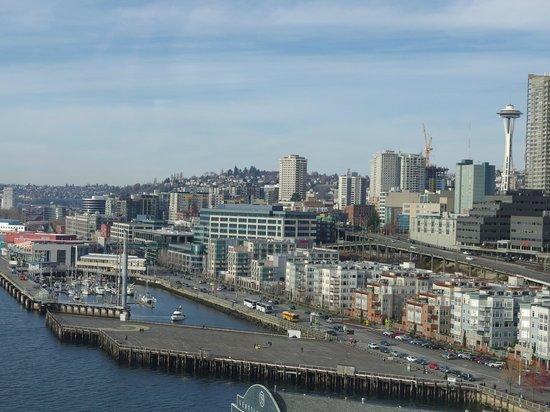 Seattle Great Wheel: facing seattle