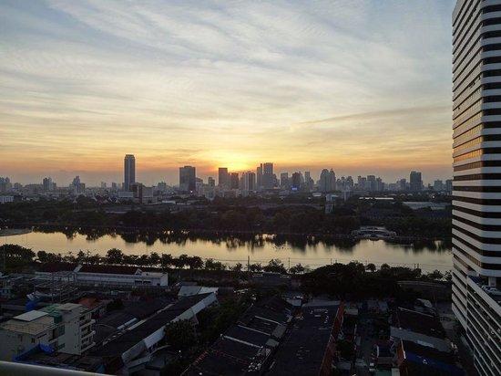 Somerset Lake Point Bangkok : ベランダから見たバンコクの夕景
