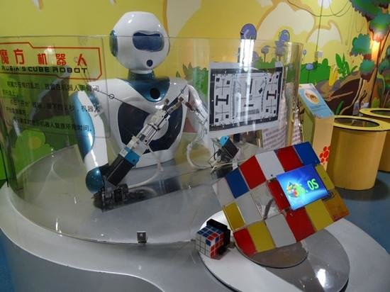 Guangxi Science and Technology Museum: Rubik's Cube Robot - the 'completed' cube