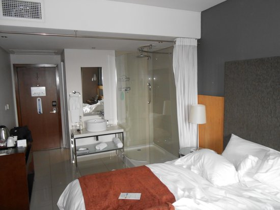 Protea Hotel by Marriott O.R. Tambo Airport : Dusch acrylglas mitten im Zimmer
