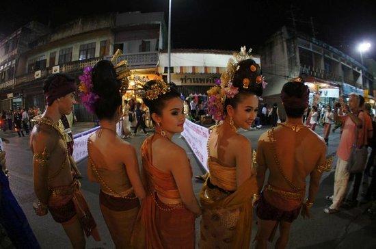 Zensala Riverpark Resort: パレードには民族衣装を着た綺麗な人がいっぱいです。