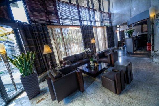 Kyriad Prestige Clermont Ferrand : hall d'accueil  Salon