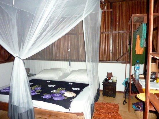 Coco Komba Eco Lodge Madagascar: chambre avec lit moustiquaire.
