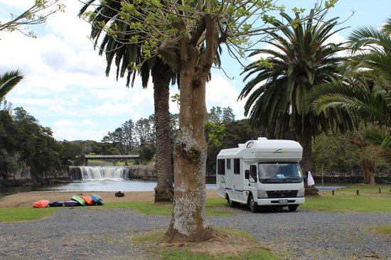 Falls Motel & Waterfront Campground: Campground with view on the falls