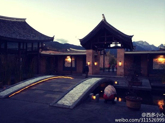 Banyan Tree Lijiang : In front of hotel Lobby with light