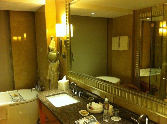 Four Seasons Hotel Mumbai: Large Bathroom with separate shower