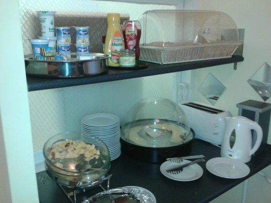 Hotel Metro: desayuno buffet. cada dia un plato caliente distinto. (huevos, salchichas, choricitos, revueltos