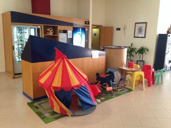 B&B Hotel Alicante: Área recreativa para los más pequeños en el mostrador de entrada