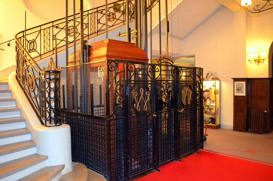 Hôtel Barrière Le Westminster: How many Hotels have a lift like this ??